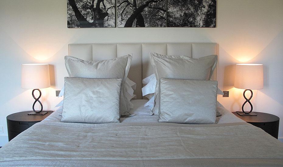 Confection d'un décors de lit : grands coussins à volant plat, coussins à plate bande avec galon d'application, chemin de lit avec bande rapportée