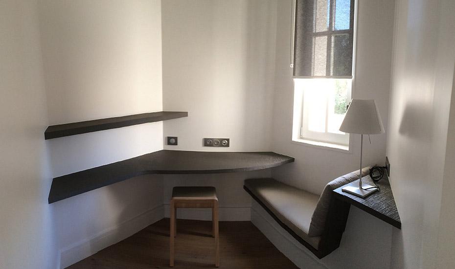 Coussin d'assise banquette trapézoïdale, housse cuir, Château d'Autignac