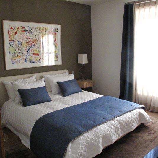 décors de lit : chemin de lit carreaux pointé réversible et coussins décoratifs